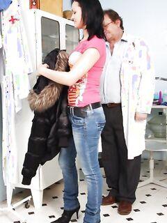 Мужик смотрит пациентку и сильно ее заводит