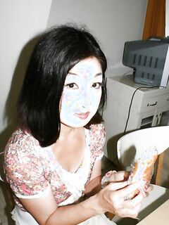 Возрастная китаянка с небритой киской моется перед мужчиной