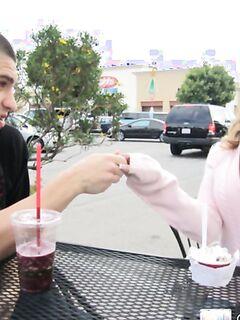 Распутная девушка радостно дала в очко за мороженое