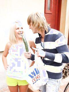 Привлекательная молодка дает в анал на улице горячему самцу