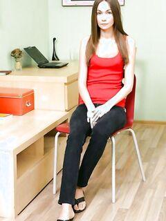 Тонкая девушка разрабатывает анус толстым членом на столе