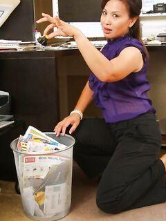 Распутная взрослая дама дрочит киску на работе шаловливыми руками
