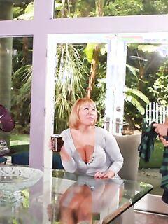 Жирная женщина у партнера отсосала и села на пенис пиздой на террасе