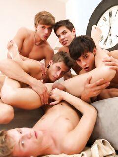Классная оргия молодых парней закончился кайфом