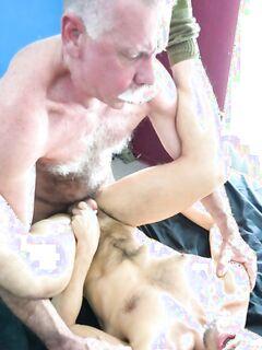 Похотливый папа выебал сына в его зад