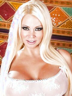 Классная блондинка с отличными титьками позирует голышом на камеру