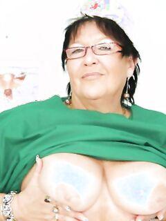 Приятная бабка показала влагалище в процедурном кабинете