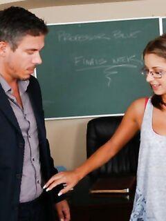 Симпатичная в очках девка соблазнила препода и поебалась с ним на столе в мокрые отверстия