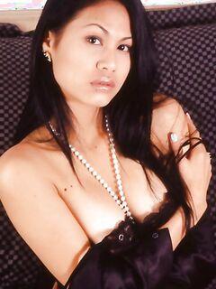 Сексуальная телочка с пушистым лобком показала себя обнаженной