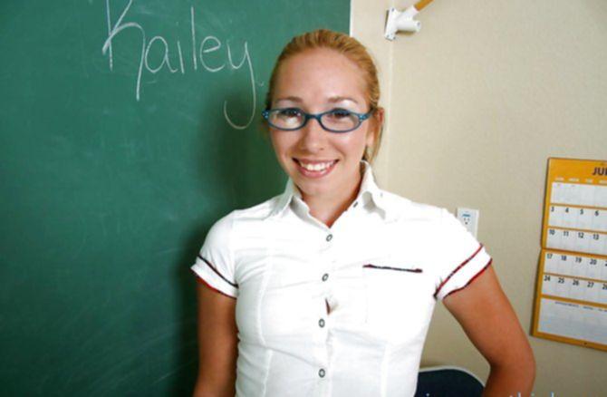 Развратная в очках телка показала киску под юбкой без трусов учителю