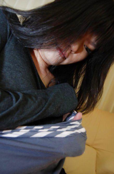 Волосатая писька привлекательной азиатки получила приятный оргазм