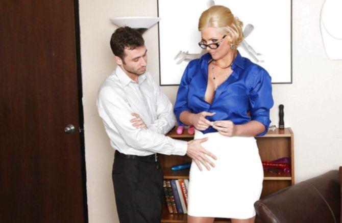 Жаркий молодой кобель долбит женщину в сраку большим крепким членом
