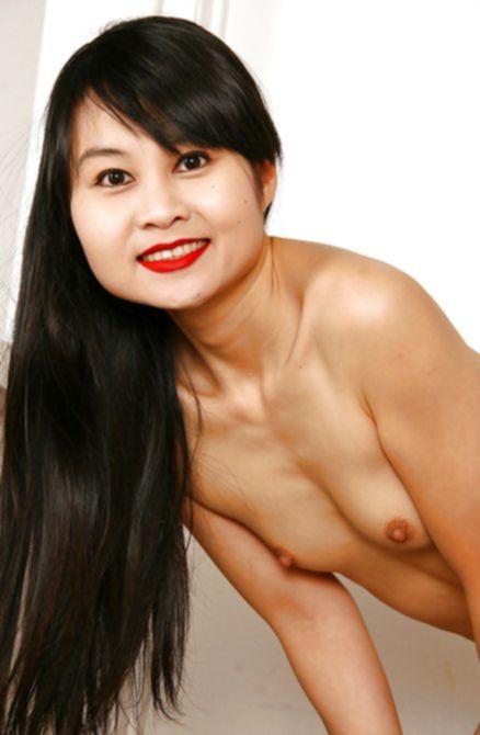 Девица с яркими губами показывает узкую вагину крупно фотографу