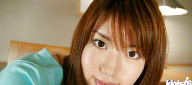 Азиатская крошка выставила волосатую пизду