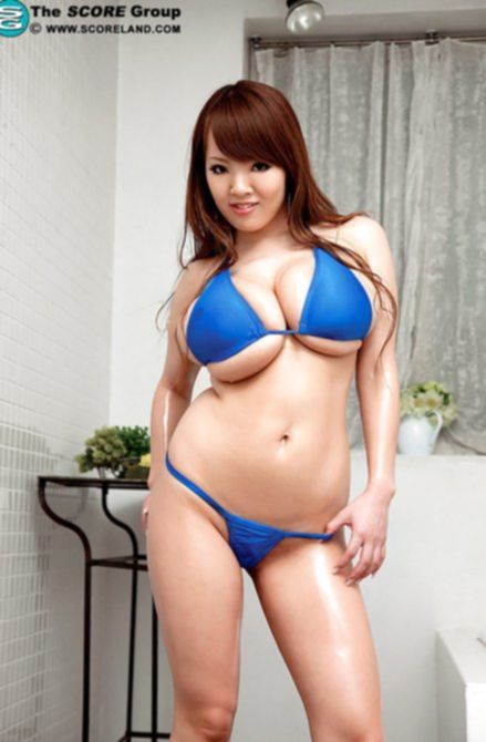 Стройная азиатка с огромными сиськами - к вашим услугам.
