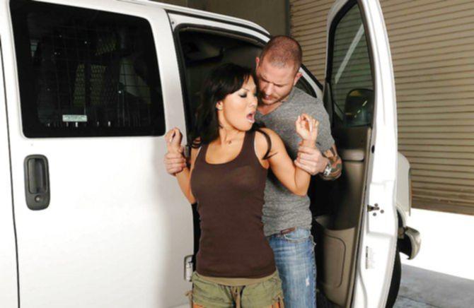Мужчина долго не разговаривал - подвез и выебал сексуальную телку.