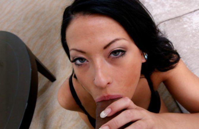 Развратная девушка принимает большущий пенис во рту