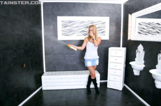 Стройная блондинка получает море семени из стены на свое тело