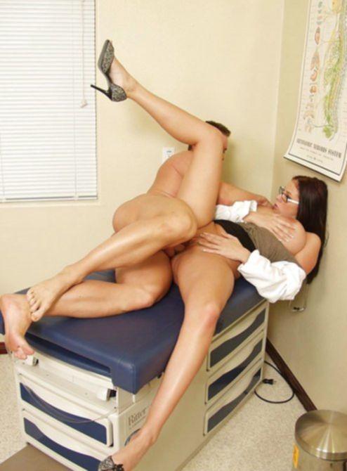 Сиськастая доктор трахает пациента рабочим ртом потом пилоткой