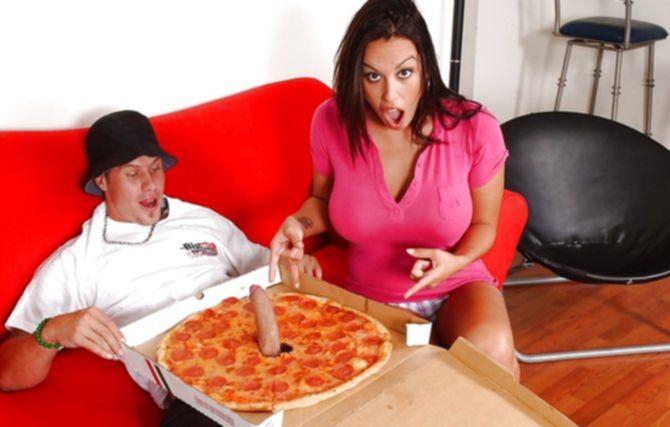Неугомонная грудастая шлюха трахнула доставщика пиццы своими отверстиями