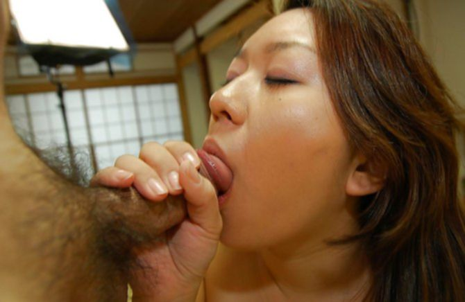 Крепкий небольшой член трахает волосатую пизду молодой подружки