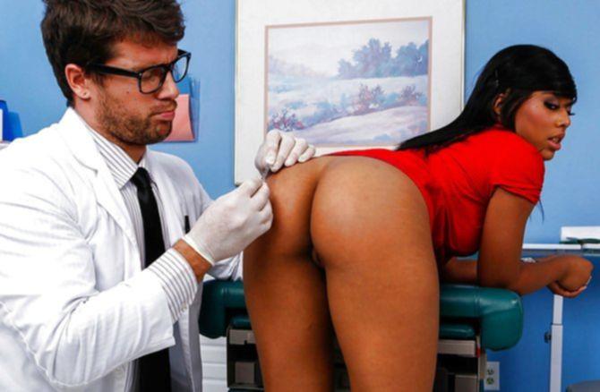Развратный белый очкастый доктор поимел хуем в зад темнокожую телку