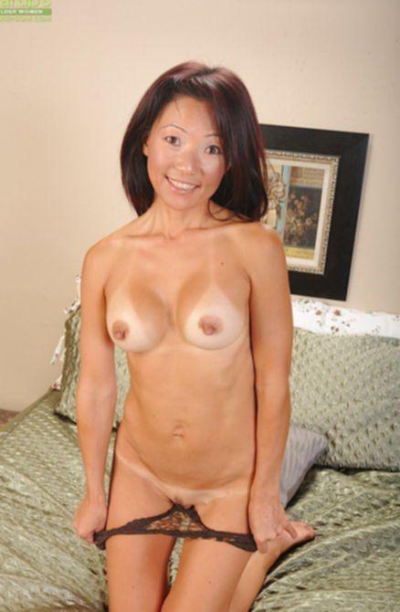 Сексуальная девушка показывает свои незагоревшие титьки в номере гостиницы