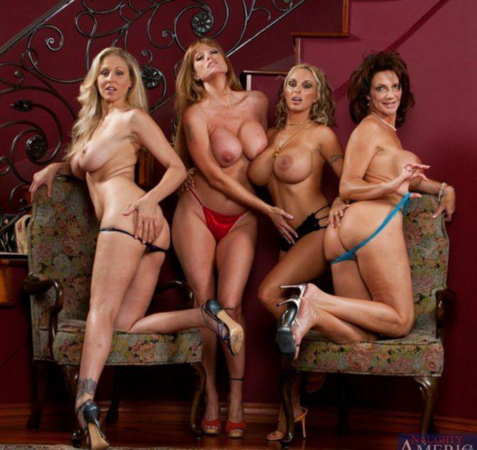 Развратные голые женщины в возрасте позируют перед камерой