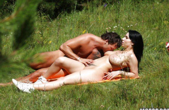Половые партнеры ебутся на поле голышом и расслабляются