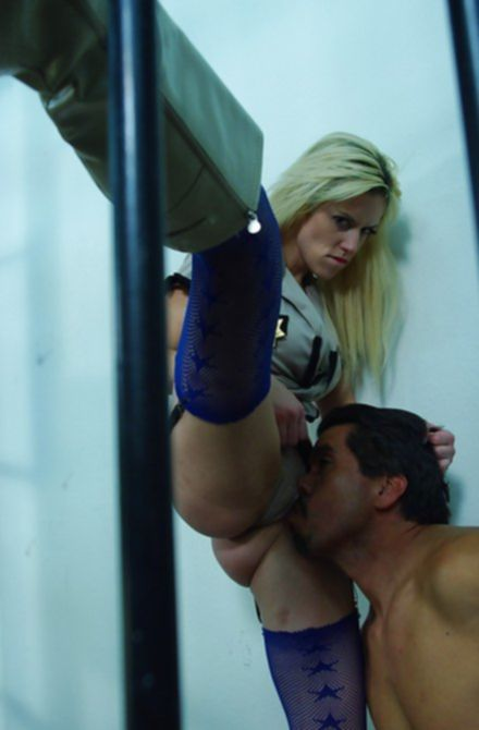 Красивые партнеры смачно трахаются в тюрьме