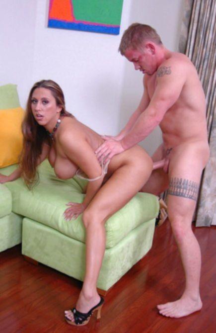 Сексуальный татуированный ебет грудастую соседку в мокрую пизду
