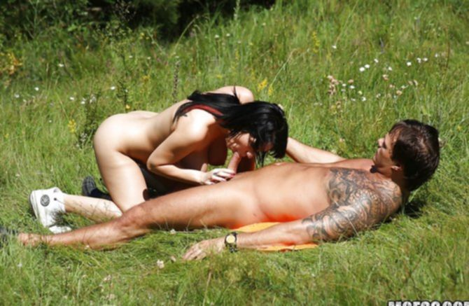 Незабываемый подсмотренный секс на природе сильно возбуждает