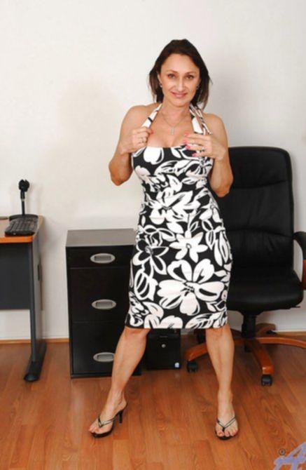 Возбужденная зрелая жена решила подрочить пизду в кабинете супруга