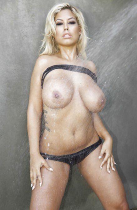 Опытная сексуальная телка моет титьки и попу в душе после загара
