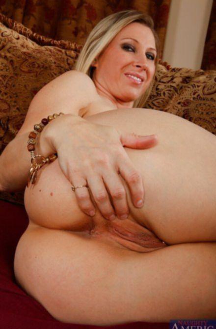 Сексапильная голая пизда с пирсингом возрастной блондинки манит к себе