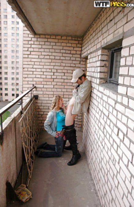 Приятель вышел покурить, а получил завораживающий русский трах на балконе