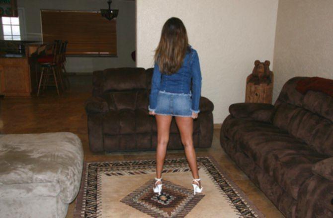 Девка любит исполнять обнаженный стриптиз у себя дома