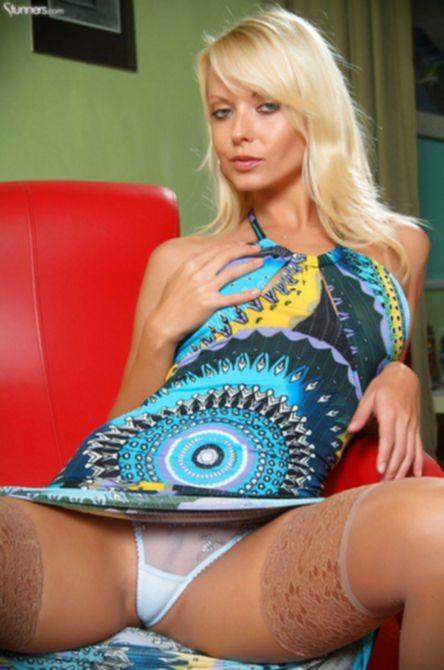 Сидя в кресле сексуальная блондинка трахает киску и получает оргазм.