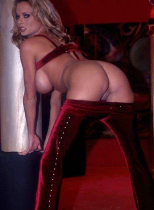 Симпатичные круглые сиськи блонды крупным планом перед фотографом