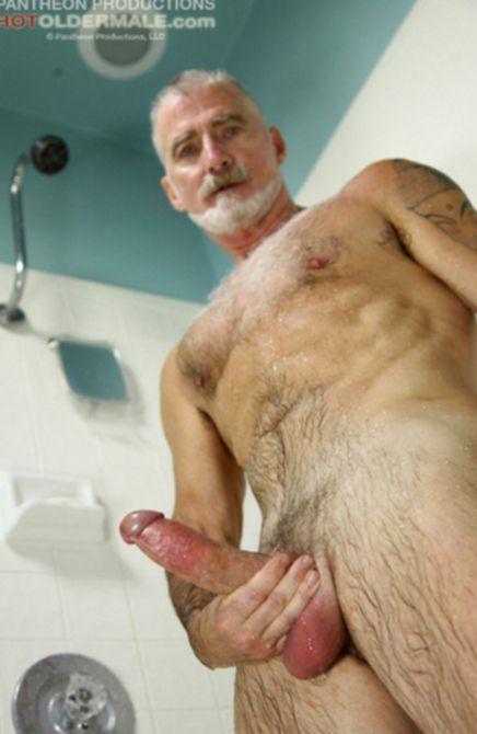 Обнаженные мужики с огромными пенисами любят позировать на камеру