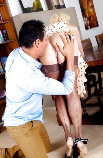 Мужчина раздел женщину в чулках и выебал в кабинете