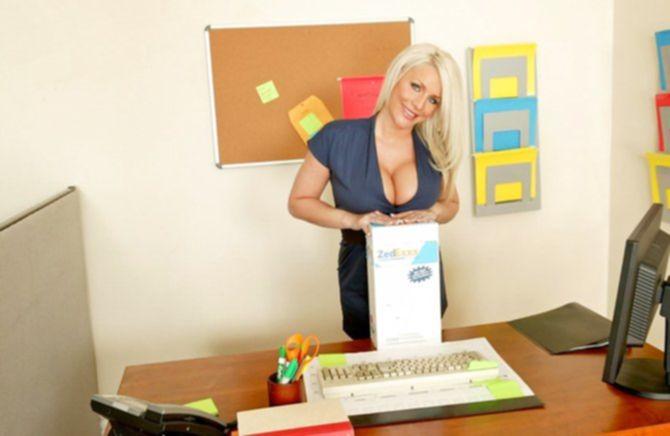 Упитанная блонда показала мясистые титьки мужику на работе