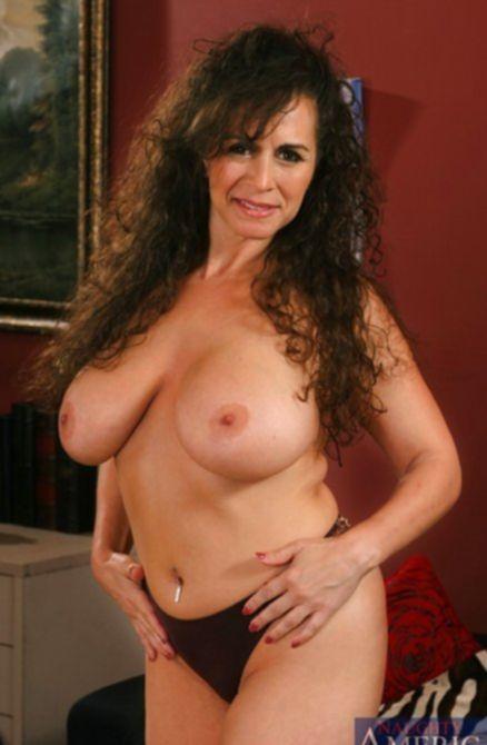 Привлекательная сексуальная бабка голышом показывает себя во всей красе