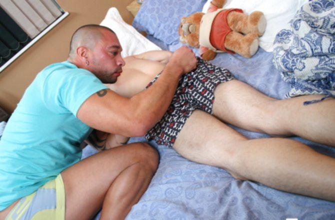 Красивый гомик выебал спящего любовника и отсосал