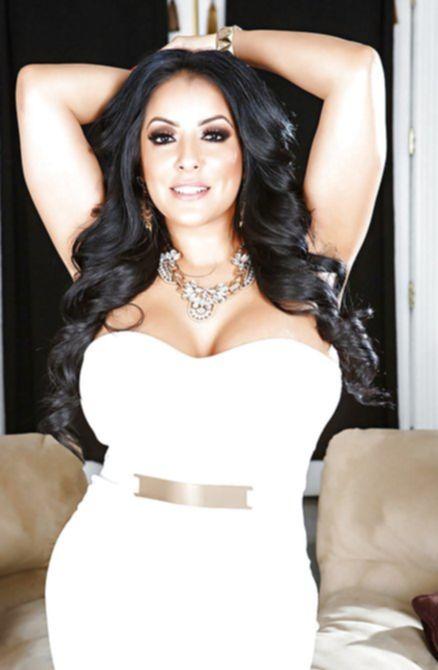 Сочная красивая женщина с силиконовыми сиськами показывает свою пизду