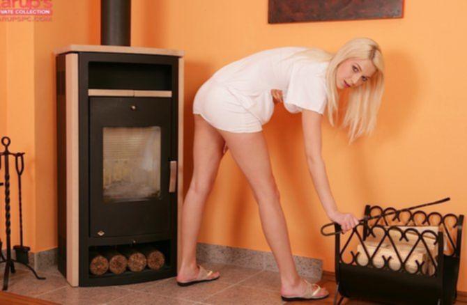 Симпатичная блондинка с голой киской ласкает себя на ковре