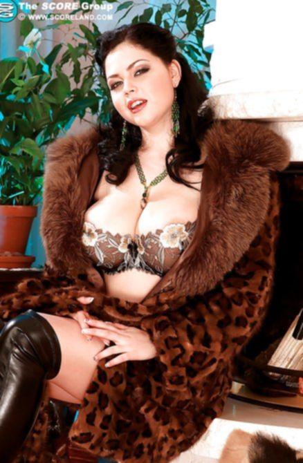 Отлично вывалила дойки красивая толстенькая дамочка