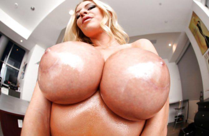 Классные круглые массивные титьки возрастной тетки