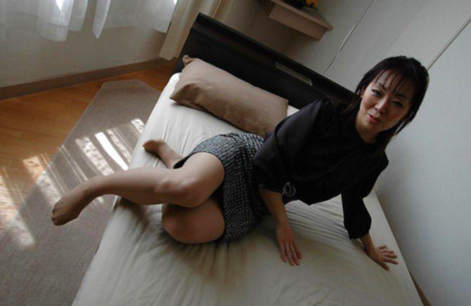 Симпатичная женщина в трусиках получает кайф от интима