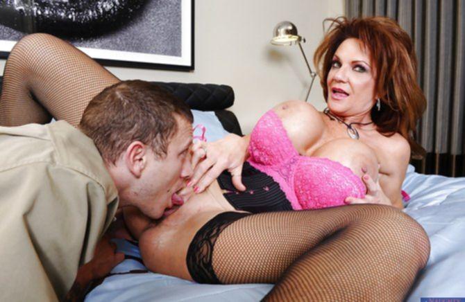 Крепкий молодой кобель долбит зрелую даму толстым членом
